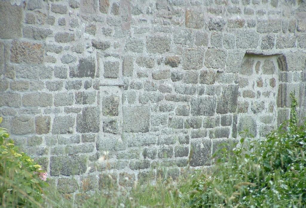 Kersunes : traces de l'ancienne porte et d'une fenêtre à meneau.