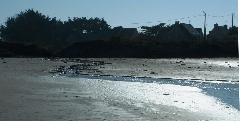 Ruisseau de Loc'h Yan sur la plage de Pors Carn après de fortes pluies.