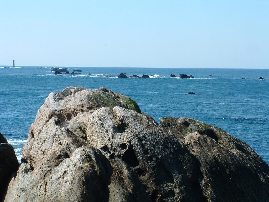 Men Omnes dominant les  rochers de Pellenic et de Groumilli