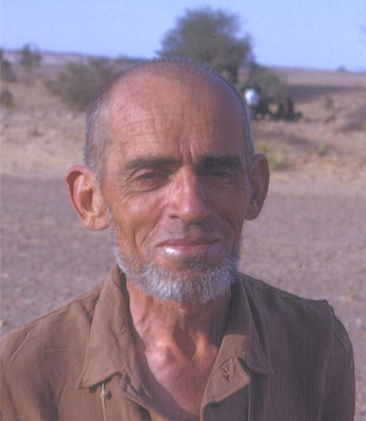 Théodore Monod au Sahara en 1967. Photographie de John Atherton.