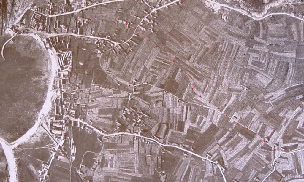 Photo aérienne IGN de 1929. J'ai représenté en pointillés le chemin ancien reliant Rulan à Kervédal. Il était encore partiellement fréquenté à cette époque.