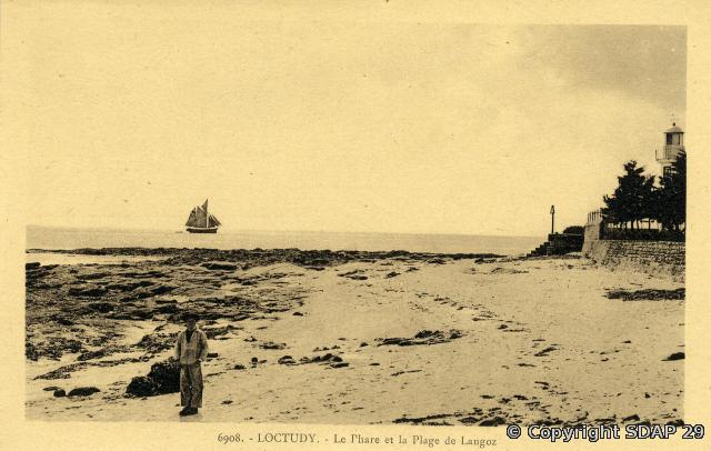 Le phare de Langoz. Photo Villard, collection du SDAP