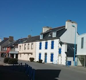 Hôtel Continental (maison blanche à volets bleus), façade ouest