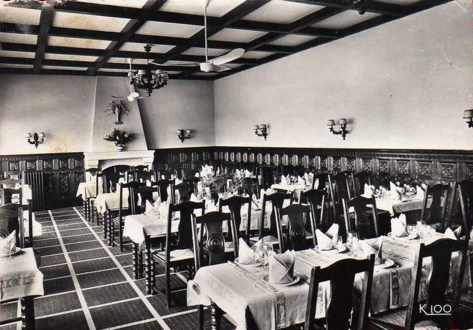 La salle à manger. Carte postale Cassan.