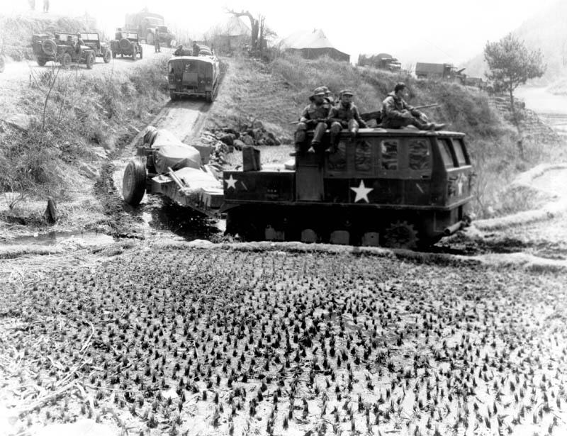 Avance vers le 38e parallèle Artillery-tractor-Korea-1951 04 08