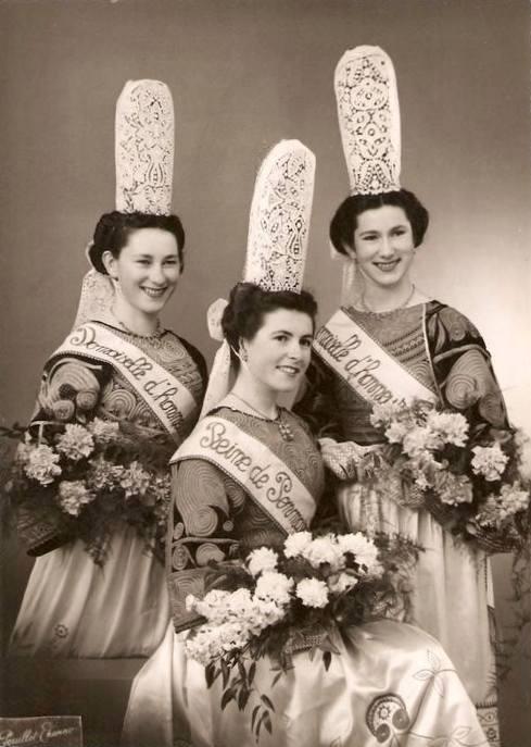Durant, Marie-Noëlle, reine de Penmar, entourée de Odette Guéguen et Janine Bodéré